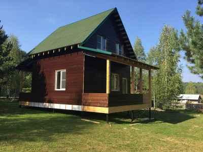 коричневый дом с зеленой крышей