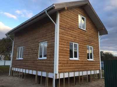 коричневый каркасный дом